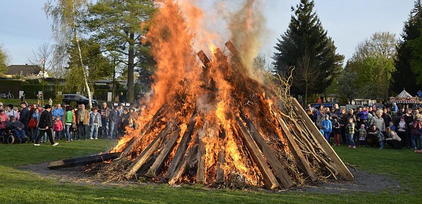 Osterfeuer der Stadt Taucha auf der Festwiese